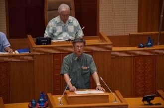議案を説明する翁長雄志知事(前列)=16日午前10時10分頃、県議会棟