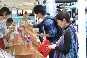 南部の特産品をPRするイベントで商品を手にとる来場者ら=11日、東京都渋谷区の国連大学前広場