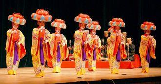 玉城流翔節会による琉球舞踊が披露され、喝采を受けた=26日、宜野湾市・沖縄コンベンションセンター