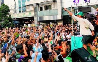 昨年の参院選、JR渋谷駅のハチ公前で「選挙フェス」を開いた三宅洋平さん(右)。多くの聴衆であふれた=東京都渋谷区、2013年7月20日、伊藤愛輔さん撮影
