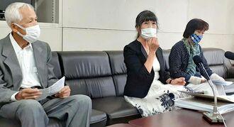 県警へ署名提出後に会見する丹原美穂さん(中央)=27日、県庁記者クラブ