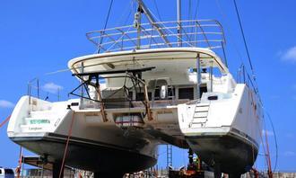 覚醒剤密輸に使われ、押収後に陸揚げされたヨット。船内から拳銃と実弾が見つかった=本島中部
