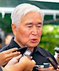 新里米吉・県議会議長「悔しかっただろう」 翁長知事死去に肩落とす