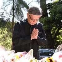 翁長知事「やるせない…」 米軍属殺人から1年、事件現場で献花