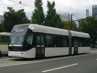 (資料写真)路面電車の例。富山市の「セントラム」
