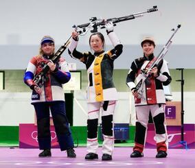 女子エアライフルで金メダルを獲得し喜ぶ楊倩(中央)。左は銀メダルのアナスタシア・ガラシナ、右は銅メダルのニナ・クリステン=自衛隊朝霞訓練場