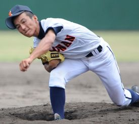 伸びのあるストレートで沖尚相手に力投した興南の島袋洋奨=2008年07月12日、北谷公園野球場