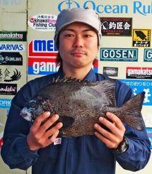 東村海岸で1.82キロのガラサーミーバイを釣った堀井慶輔さん=17日