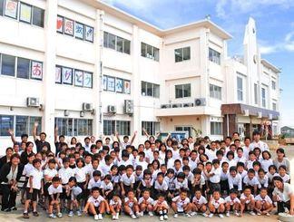 取り壊される校舎に感謝を伝える子どもたち=18日、伊江村