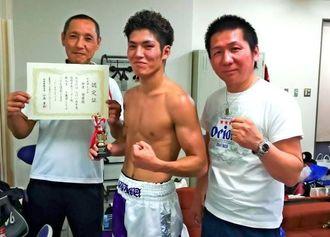 プロボクシングの西部日本フェザー級新人王を獲得した仲里周磨(中央)=福岡県・宗像ユリックス(提供)