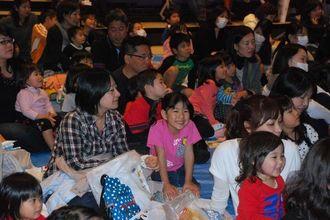 「ご入学おめでとう大会」に参加した大勢の親子連れ。楽しみながら小学校生活の心構えを学んだ=15日、那覇市のタイムスホール