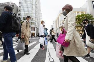 名古屋・栄を歩くマスク姿の人たち=16日午後