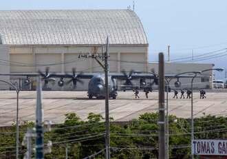 旧海軍駐機場に駐機する米軍嘉手納基地所属のMC130特殊作戦機=15日午後4時20分、嘉手納基地(読者提供)