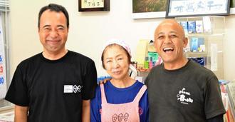店を切り盛りする邊土名清志さん(右)とレジ担当の奥浜正明さん(左)、調理担当の新里裕子さん=25日、宮古島市平良島尻
