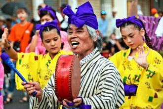 大綱曳本番前に行われたガーエー(合戦)でテンポ良く太鼓をたたいて盛り上げる参加者=沖縄県与那原町