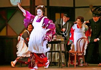 カフェーの女給で踊る芙美子(仲間由紀恵、手前)。時代背景が伝わってくるシーンでもある=東京都・シアタークリエ(東宝演劇部提供)