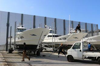 特別警報級の大型台風10号に備え、漁船をロープで固定する漁師=3日、北大東村の南大東漁港(北大東地区)船置き場(知花薫通信員撮影)