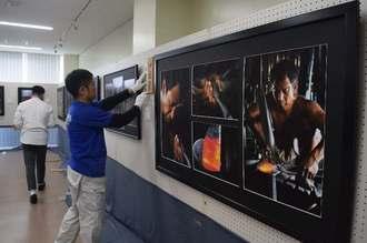 うるま市教委の職員が会場の設営に当たった=11日、うるま市生涯学習・文化振興センター