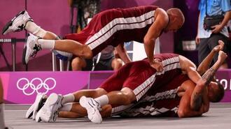 バスケットボール3人制男子、初代王者に輝き、重なり合って喜ぶラトビアの選手たち=28日、青海アーバンスポーツパーク(ロイター=共同)