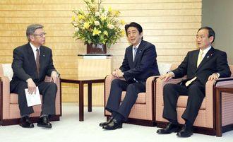 辺野古訴訟の和解案受け入れを表明し、翁長雄志知事(左)と会談する安倍首相。右は菅官房長官=4日午後、首相官邸