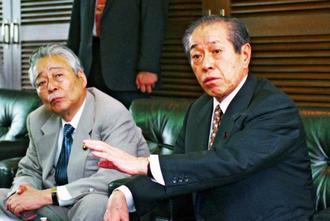沖縄サミット閉幕から2週間後、沖縄タイムス社を訪ね、普天間飛行場代替施設の15年使用期限問題などについて意見を交わす自民党幹事長の野中広務さん(右)。左は青木幹雄さん=2000年8月10日