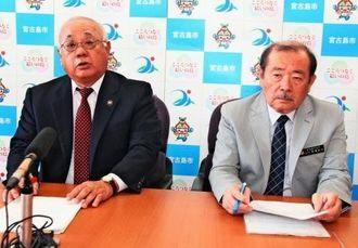 陸自駐屯地の配備計画で、沖縄防衛局による協議書取り下げの経緯を説明する下地敏彦宮古島市長(左)=7日、市役所