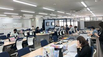 出社率を3割程度に抑えているJTB沖縄のオフィスには、空席が目立つ=26日、那覇市(同社提供)