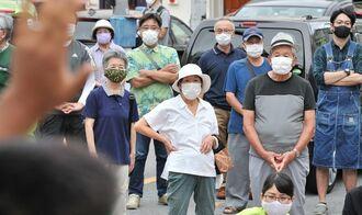 県議選の打ち上げ式で、立候補者の訴えに耳を傾ける有権者=6日午後、沖縄本島南部