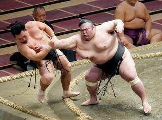 貴景勝(右)が突き出しで照強を下す=両国国技館