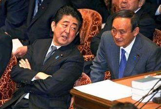 衆院予算委に臨む安倍首相。右は菅官房長官=12日午前
