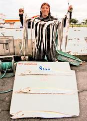 泡瀬漁港で100・3センチ、0・87キロのタチウオを釣った前田政勇さん=2018年12月26日