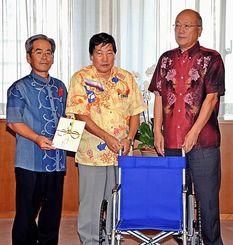 沖縄県と県社会福祉協議会に車いすを贈った沖縄日立ネットワークシステムズの大友敏行代表取締役(右)