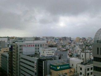 午後4時40分ごろの那覇。雨は降っていませんが、雨の予報が出ています。洗濯物の取り込みなど忘れずに。