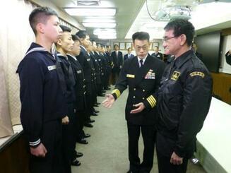護衛艦たかなみの艦内で自衛隊員を激励する河野防衛相(右端)=25日午前、神奈川県横須賀市の海上自衛隊横須賀基地
