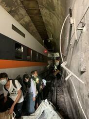 2日、台湾東部・花蓮県で脱線事故を起こした特急列車から避難する人たち(台湾政府提供・ロイター=共同)