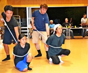 練習に励む安慶名美優さん(左下)ら=21日、我謝公民館