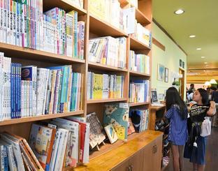 500冊以上の絵本や児童書が並ぶ子ども図書館「にじの森文庫」=24日、那覇市松川