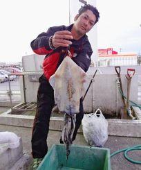 17日、北谷海岸で2・05キロのシルイチャーを釣ったチーム敬真の前濱健一さん