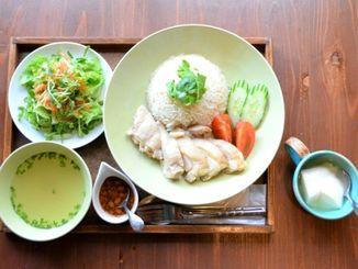 鶏のうま味が味わえるカオマンガイ(サラダ、スープ付き)800円。シークヮーサーシロップが爽やかな杏仁豆腐は食事とセットで200円