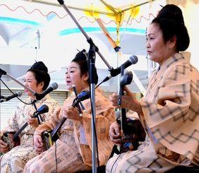 会場を盛り上げた民謡歌手の(手前から)山里ユキさんと饒辺勝子さん、金城恵子さん=沖縄市中央・中央パークアベニュー通り