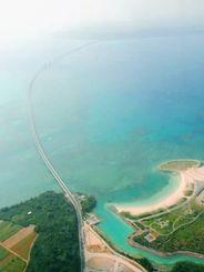 宮古島(手前)から伊良部島に延びる伊良部大橋=FDA機から