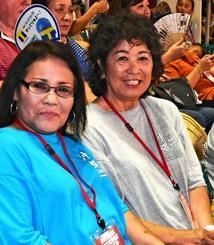 友人らと米国サンティエゴから参加したドジャースのデーブ・ロバーツ監督の母、栄子さん(右)