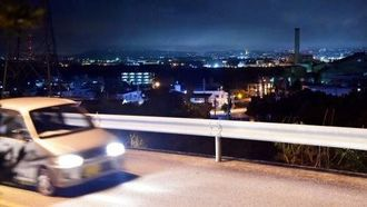 遺体遺棄事件の被害女性が住んでいたアパート近くの県道から見える風景=24日、うるま市