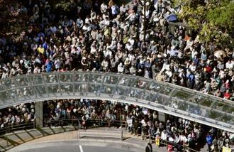 衆院大阪12区補欠選挙戦最終日、候補者らの街頭演説に集まった大勢の人たち=20日午後、大阪府寝屋川市(共同通信社ヘリから)
