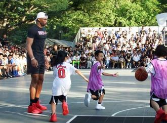 バスケットボール教室に参加したウエストブルック=14日、東京都渋谷区