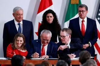署名するライトハイザー米通商代表(前列右端)とカナダのフリーランド副首相(前列左端)ら=10日、メキシコ市(ロイター=共同)