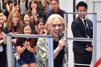 ファストファッションの「H&M」オープンイベントに参加するタレントりゅうちぇるさん=27日、浦添市西洲