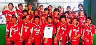 優勝したヴィクサーレ沖縄FCナビィータ=セルラーパーク那覇(提供)