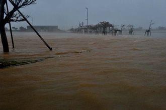台風19号の接近が満潮時刻と重なり冠水する駐車場=11日午前9時16分、西原マリンパーク東ゲート