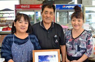 店を切り盛りする(左から)長嶺栄子さん、長嶺道雄代表、スタッフの長嶺友子さん=1日、宮古島市平良池間・「海美来」